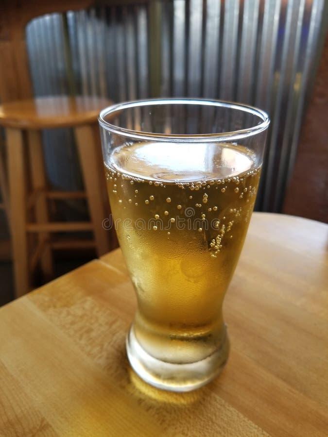 Glas Bier auf Kneipen-Tabelle lizenzfreie stockfotografie