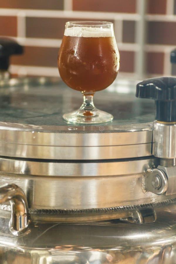 Glas bier bij de brouwerij royalty-vrije stock foto