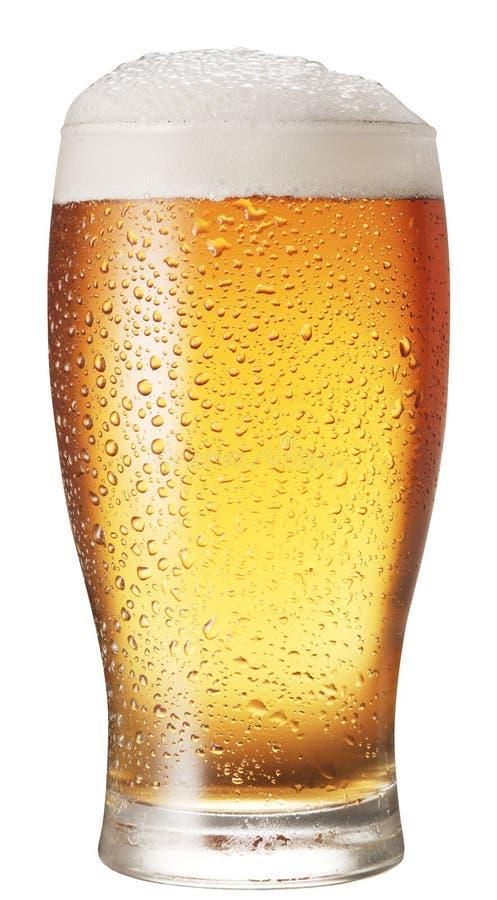 Glas bier dat op een witte achtergrond wordt geïsoleerdp royalty-vrije stock afbeeldingen