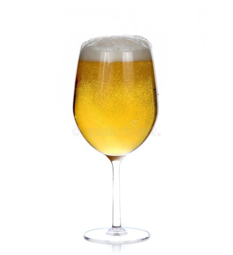 Glas bier dat op wit wordt geïsoleerde stock afbeeldingen