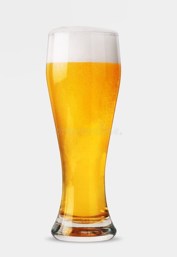 Glas Bier getrennt Über Weiß stockfotos