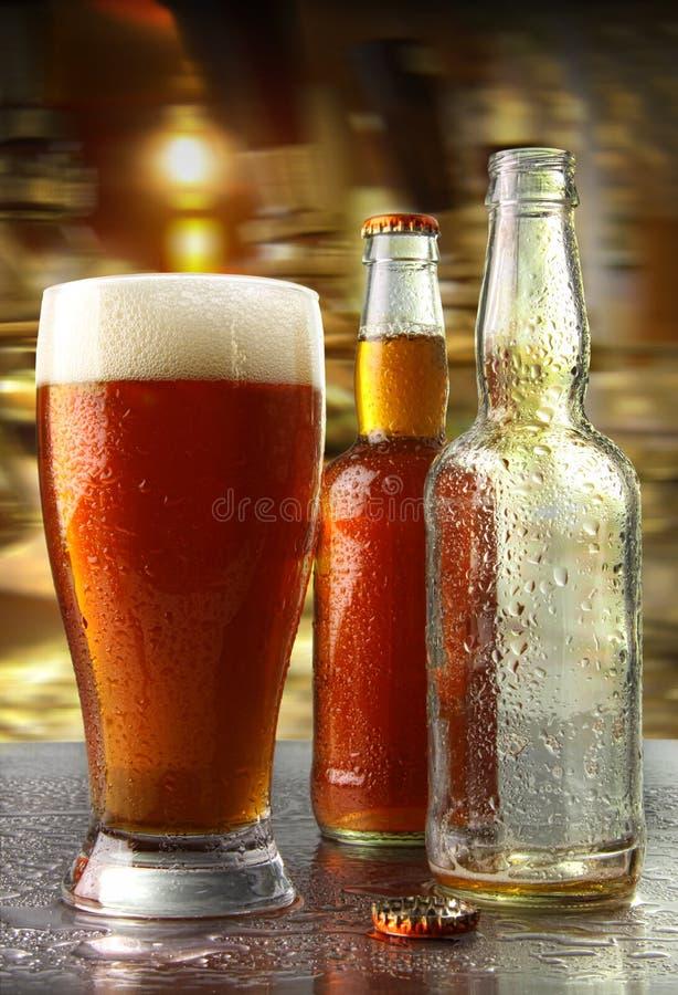 Glas bier met flessen stock afbeeldingen