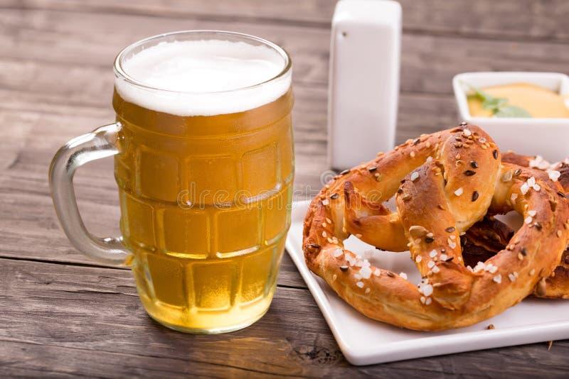 Glas bier met pretzels royalty-vrije stock afbeelding