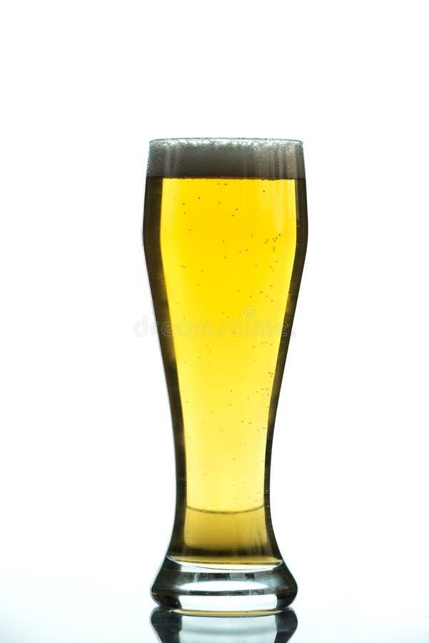 Glas bier met schuim op wit wordt geïsoleerd dat royalty-vrije stock foto