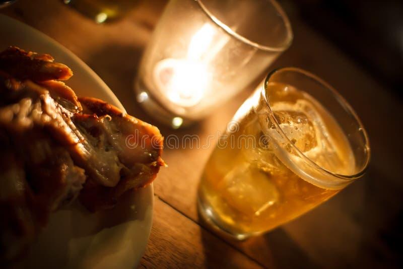 Glas Bier mit Kerzenlicht in der Nacht lizenzfreies stockbild