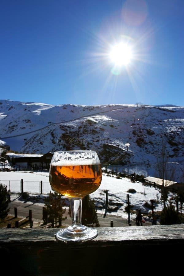 Glas Bier oder Lager auf Wand in der Sierra Nevada-Skiort I stockbilder