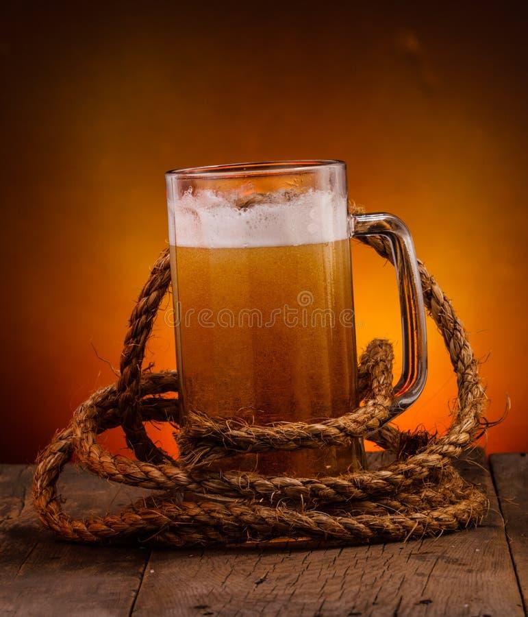 Glas bier op donkere achtergrond royalty-vrije stock afbeelding