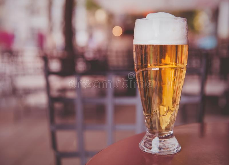 Glas bier op een houten lijst stock foto