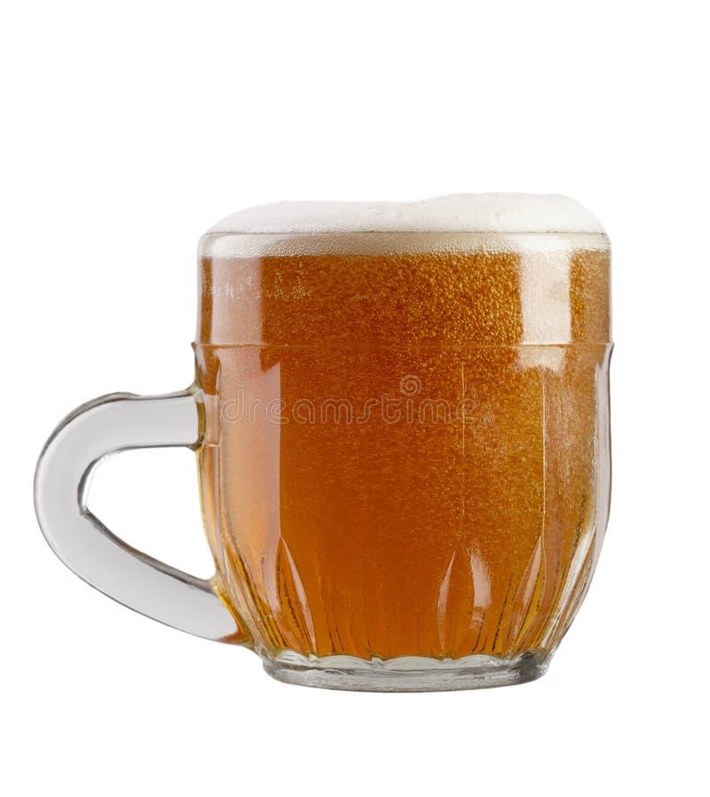 Glas bier op een witte achtergrond stock afbeeldingen