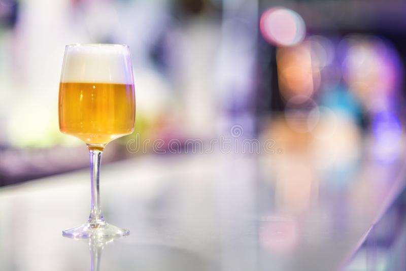 Glas bier op moderne barteller stock foto