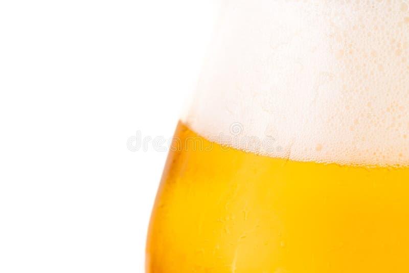 Glas bier op witte achtergrond stock afbeeldingen