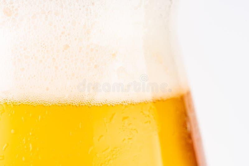 Glas bier op witte achtergrond stock fotografie