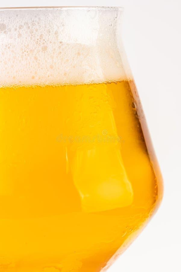 Glas bier op witte achtergrond royalty-vrije stock foto