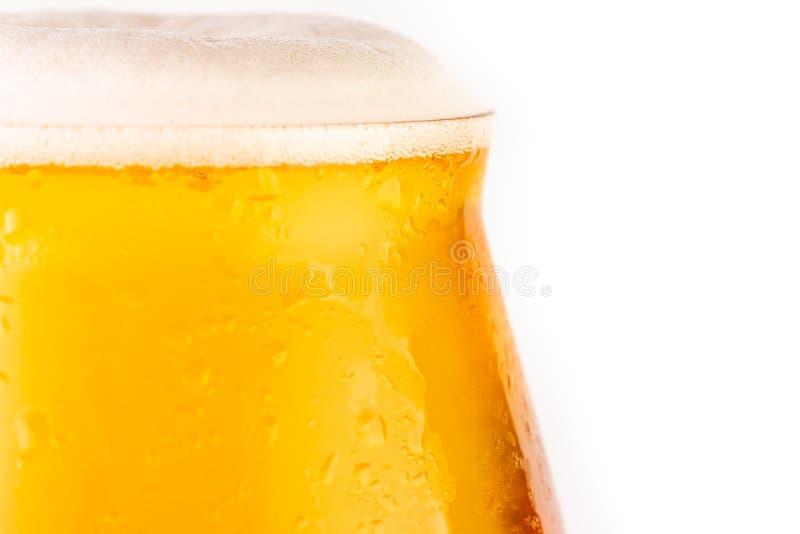 Glas bier op witte achtergrond royalty-vrije stock fotografie