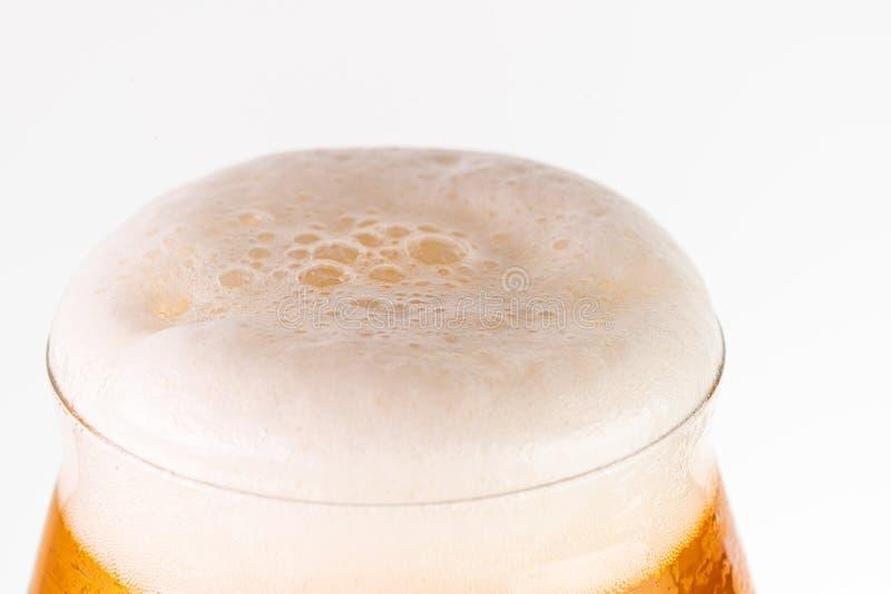 Glas bier op witte achtergrond royalty-vrije stock foto's