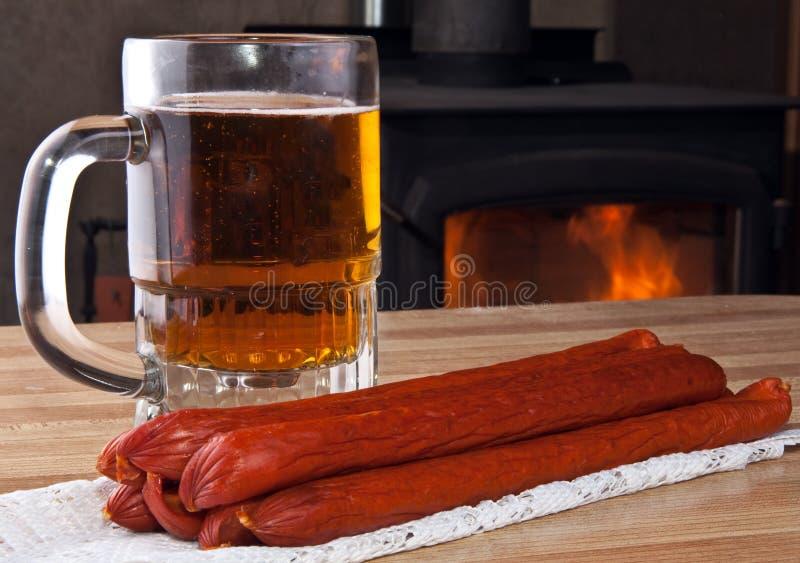 Glas Bier und Pepperonis lizenzfreies stockfoto