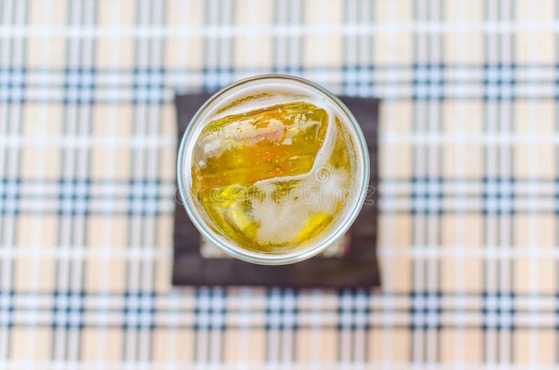 Glas Bier von der Draufsicht stockbilder