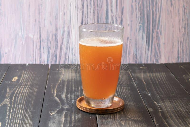 Glas Bierapfelwein lizenzfreie stockbilder