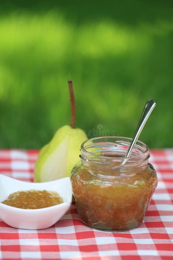 Glas Birnenmarmelade stockfotos