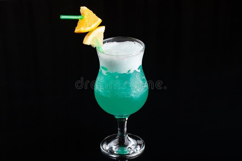 Glas blaues coctail mit Zitrone auf elegantem dunklem schwarzem Hintergrund lizenzfreie stockfotos