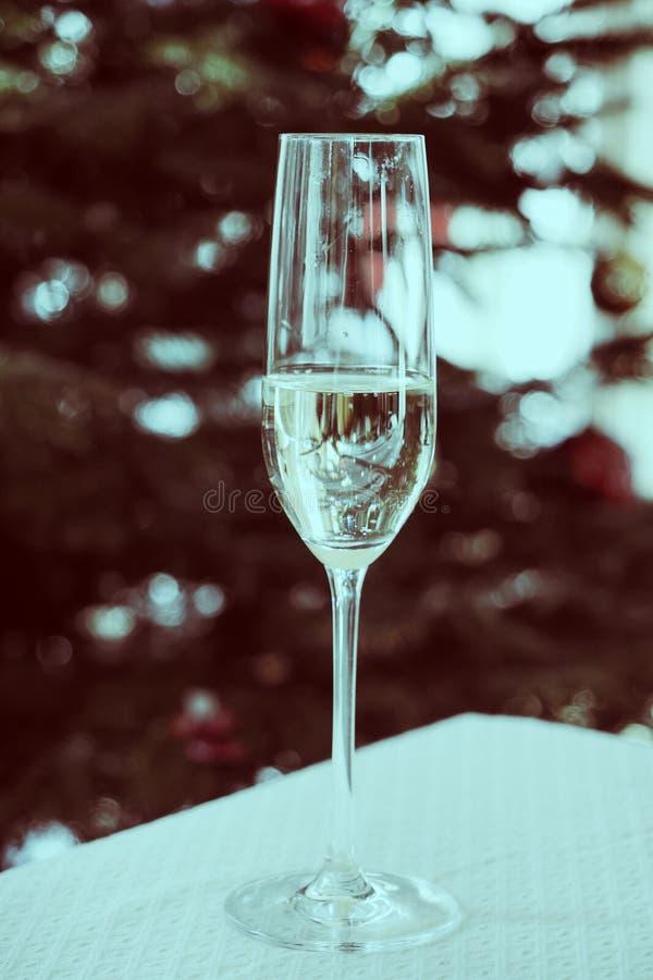 Glas Champagner nahe schönem Weihnachtsbaum stockfotos