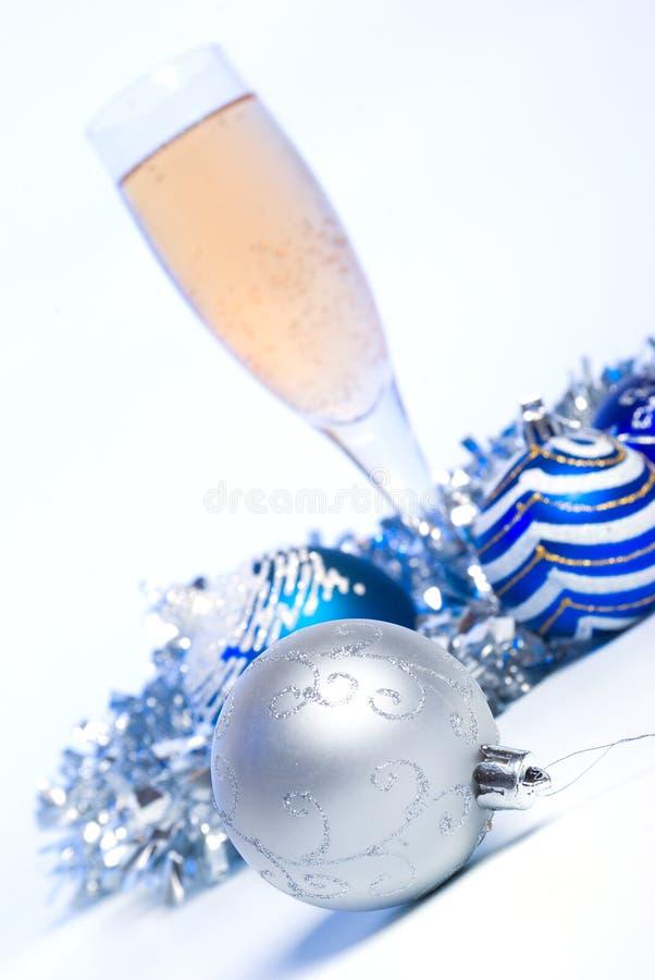 Glas Champagner. Weihnachtskugeln. lizenzfreies stockbild