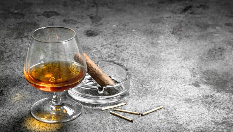 glas cognac met een sigaar royalty-vrije stock foto