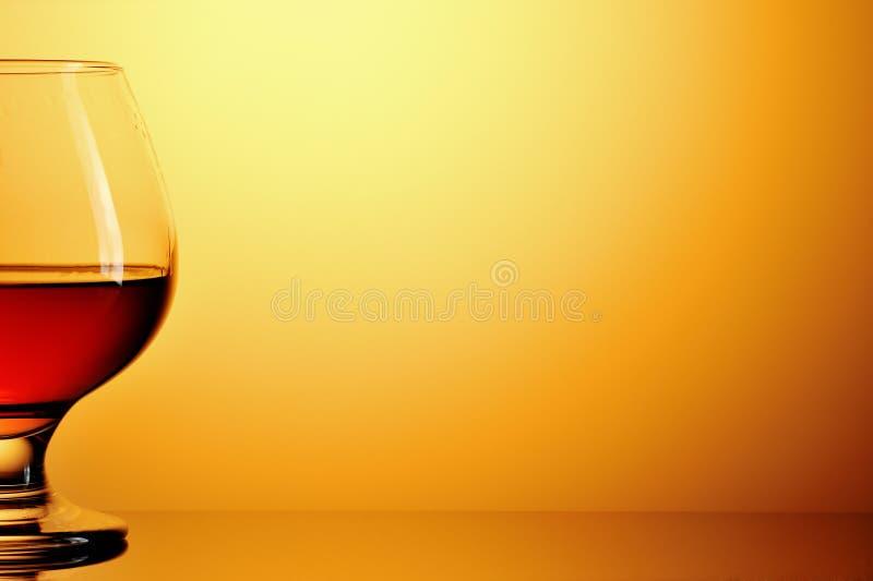 Cognac op gouden spatie stock fotografie