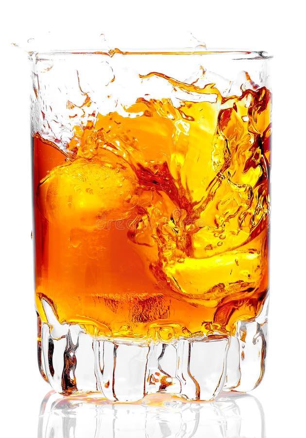 Glas, das Rum, Whisky oder irgendeinen goldenen Alkohol enthält stockbild