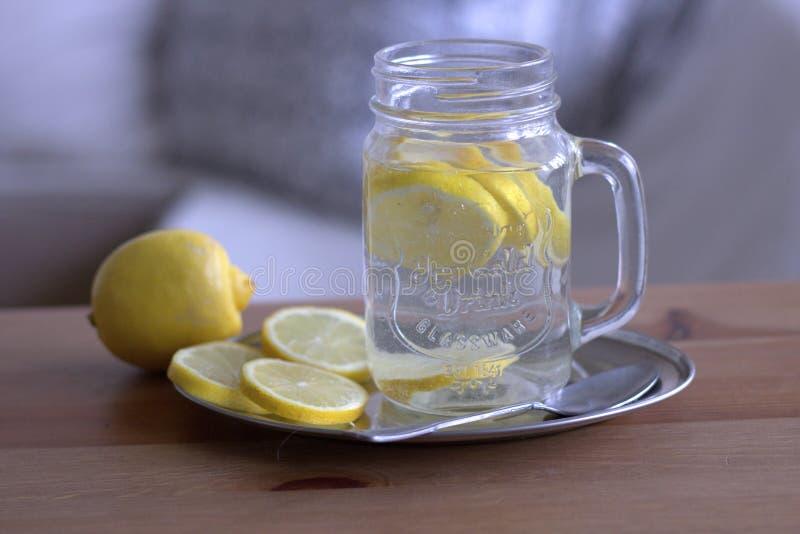 Verre de l 39 eau avec le citron et la menthe image - Place du verre a eau sur une table ...