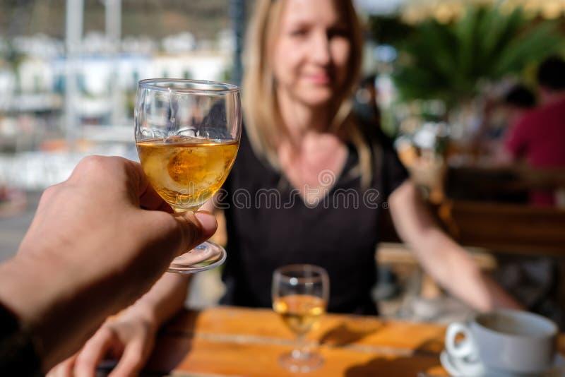 Glas de liqueur avec la fille image libre de droits