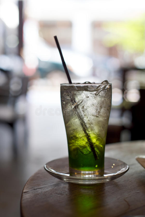 Glas de Soda van de Kalk met ijsblokjes op een koffielijst royalty-vrije stock foto's