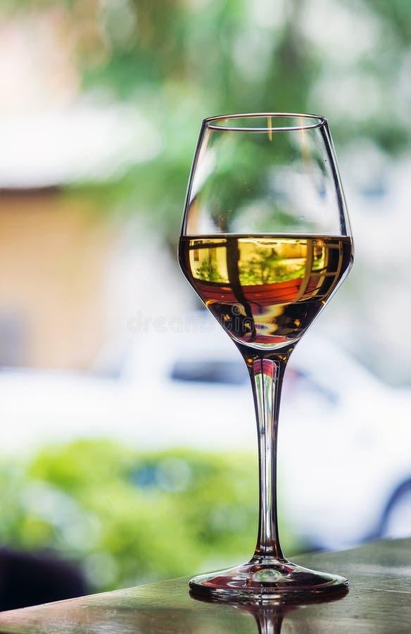 Glas de Spaanse wijn van de jerez zoete sherry in openluchtkoffie royalty-vrije stock afbeeldingen