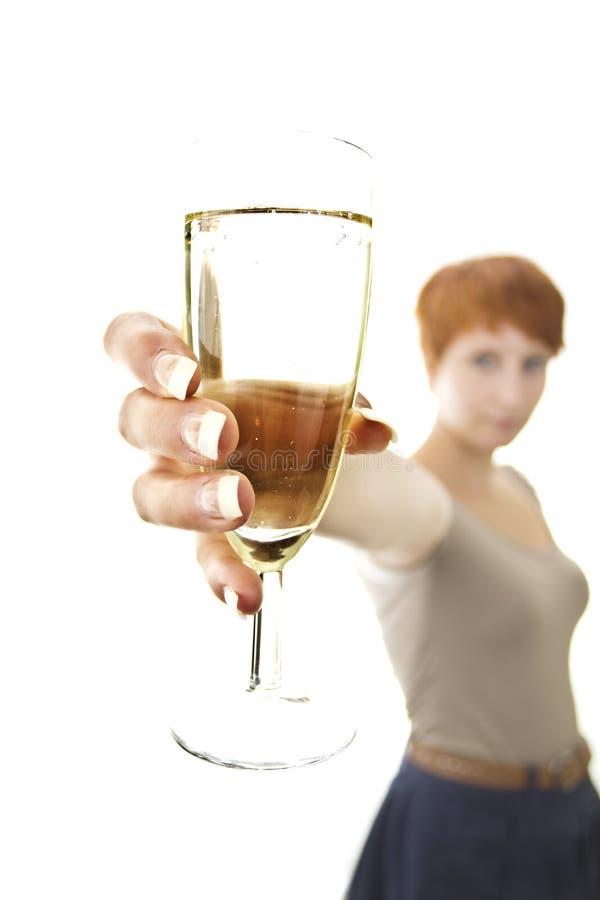 Glas de vin mousseux s'est retenu par la femme de joung image libre de droits
