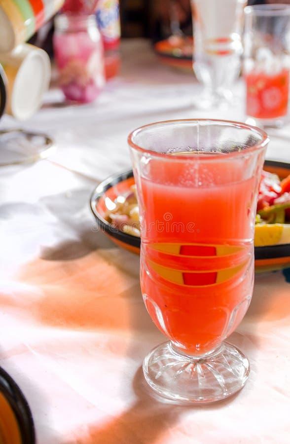 Glas der frisch gepressten Erdbeere lizenzfreie stockbilder