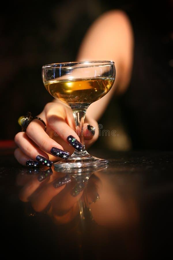 Glas in der Hand stockbild