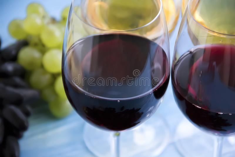 Glas der natürlichen Weinlesekarte des Wein Merlottraubenkonzeptaperitiferntefeiermenüs auf einem blauen hölzernen Hintergrund lizenzfreie stockfotos