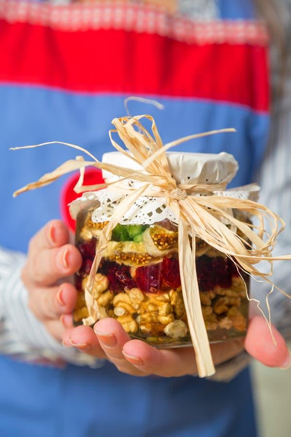 Glas der Trockenfrüchte- und Honigmischung lizenzfreies stockbild