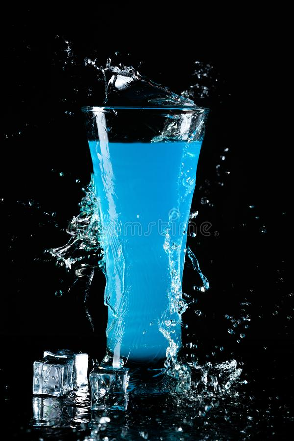 Glas des blauen Cocktails stockfotos