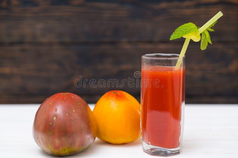 Glas des geschmackvollen frischen Tomatensafts oder des Smoothie stockfotografie