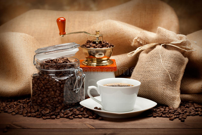 Glas des Kaffees und der Kaffeetasse stockfotos