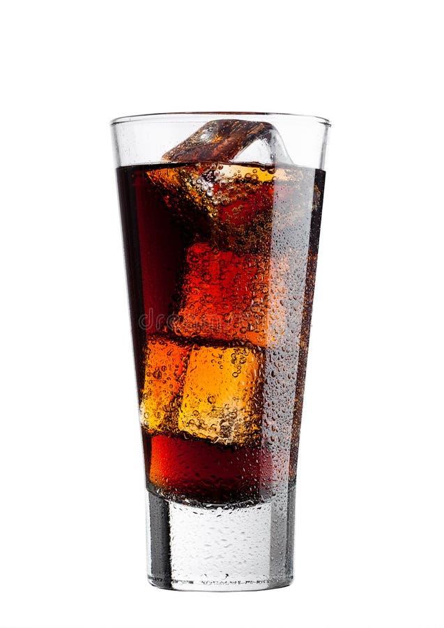 Glas des kalten Kolabaumsodagetränks mit Eiswürfeln lizenzfreie stockfotos