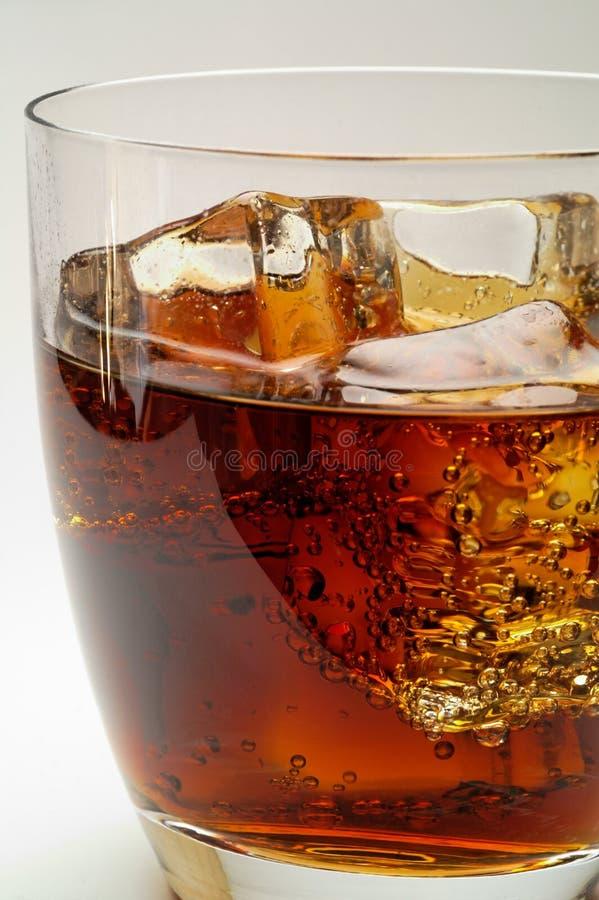 Glas des Kolabaumgetränks mit Eis lizenzfreie stockfotografie