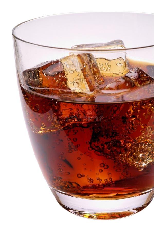Glas des Kolabaumgetränks mit Eis lizenzfreie stockbilder