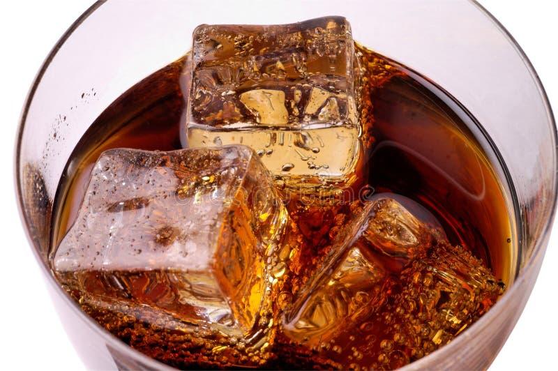 Glas des Kolabaumgetränks mit Eis stockfotografie