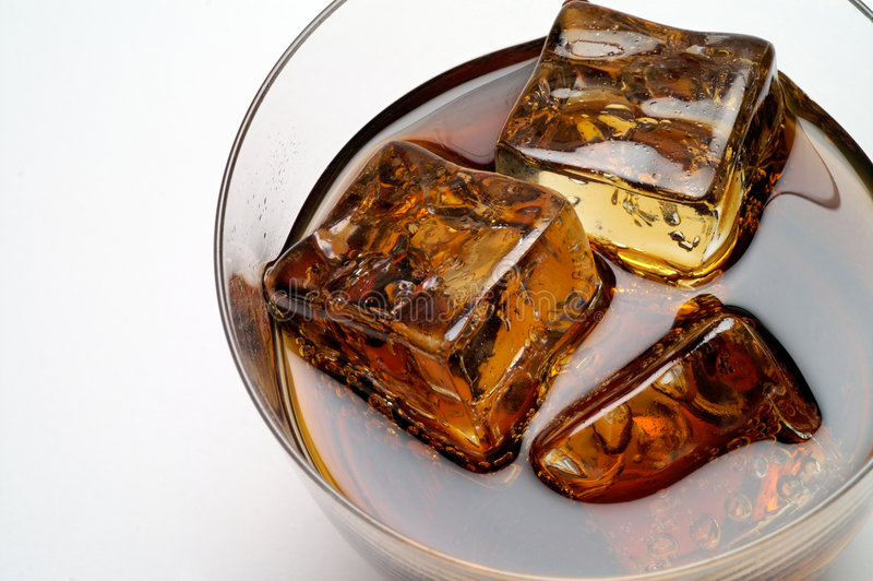 Glas des Kolabaumgetränks mit Eis c stockfotografie