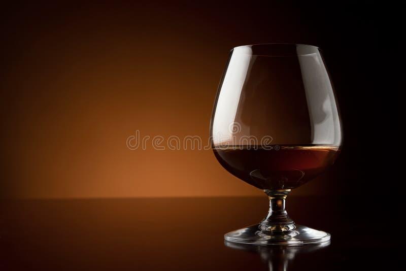 Glas des Luxuxkognaks mit Exemplarplatz lizenzfreie stockfotos