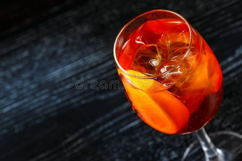 Glas des orange Cocktails verziert mit Zitrone am Barzählerhintergrund stockfoto