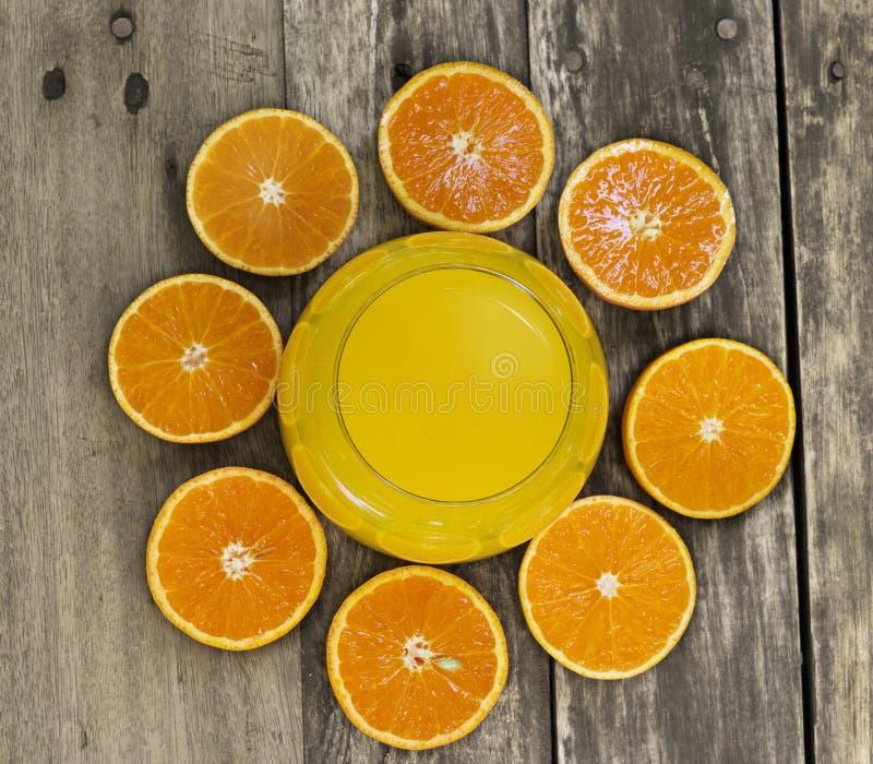 Glas des Orangensaftes und der Draufsicht der orange Scheibe auf dem Tisch lizenzfreie stockfotos