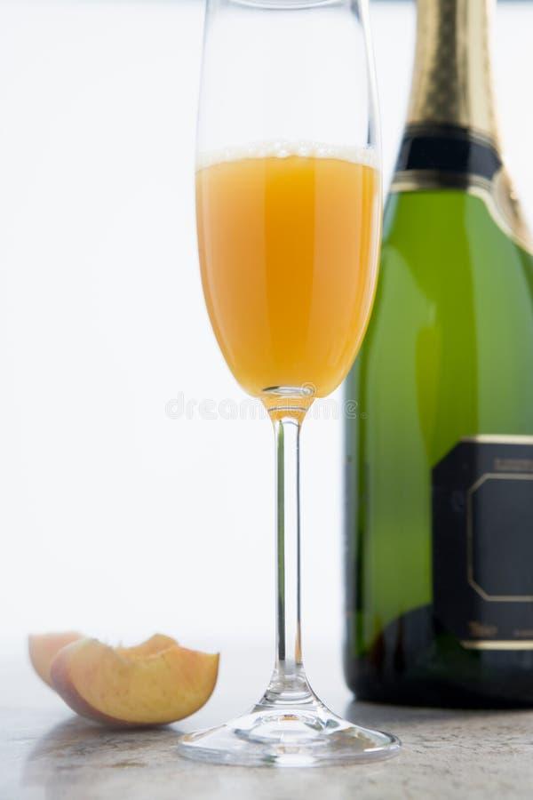 Glas des Pfirsiches Bellini stockfoto